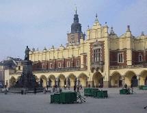 Le premier jeudi de l'Avent (1er décembre), la magnifique place du marché de Cracovie, fastueux décor chargé d'histoire, s'anime d'une gaîté toute particulière.