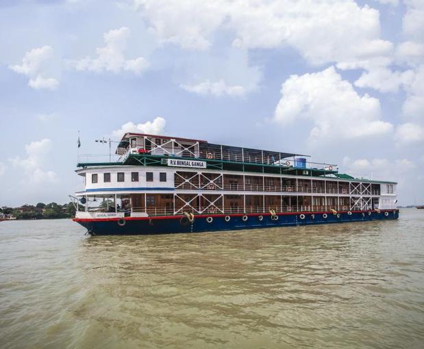 Le R/V Bengal Ganga sur le fleuve Hooghly pénètre l'Inde sacrée. Le programme inclut un transfert de 2 jours à Bénares, avec transfert aérien au départ de Calcutta. Construit en Birmanie en 2004, remis à neuf en 2006, c'est un bateau de style colonial qui accueille 56 passagers seulement - DR : RDM