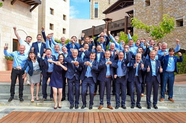 L'équipe victorieuse de la candidature française Courchevel Méribel 2023 autour de son président Michel Vion (au centre) entouré des Maires des deux stations hôtes des Championnats du Monde 2023 : Thierry Monin (Méribel) et Philippe Mugnier (Courchevel). Crédit : Agence ZOOM