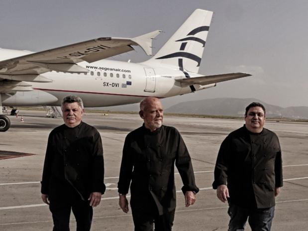 Lefteris Lazarou, Christoforos Peskias et Stelios Parliaros ont élaboré les nouveaux menus pour Aegean Airlines - crédit photo : Aegean