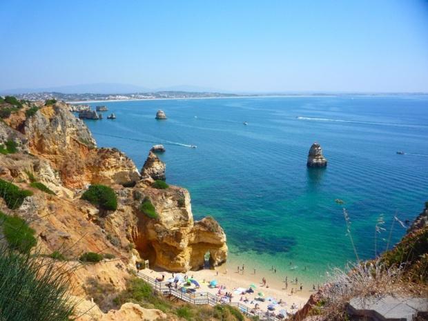 le tourisme est incontestablement un vecteur particulièrement vivifiant pour l'économie du Portugal - Crédit photo : creative commons flickrNatalia (plage Camilo, Algarve)