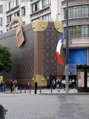 Sharon Stone, Uma Thurman, Catherine Deneuve, Diane Kruger... Les Champs-Elysées ont accueilli dimanche soir de grands noms. Tout ce gratin s'était donné rendez-vous pour inaugurer la nouvelle boutique Louis Vuitton de la célèbre avenue.