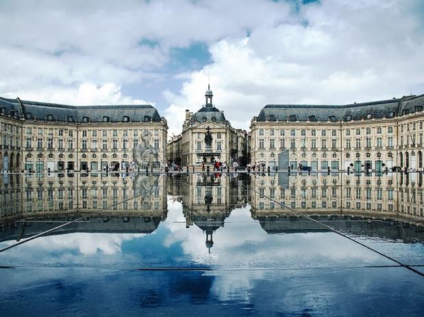 Bordeaux, place de la Bourse : la ville est passé de 400 millions € à 1,2 milliard de retombées touristiques en 10 ans - DR : Xellery wikicommons