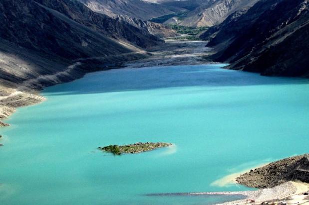 Le lac Satpara est situé à une altitude de 2 636 mètres (8 650 pieds) et s'étend sur une superficie de 2,5 km² - crédit photo : ambassade du Pakistan