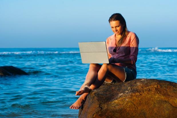 Postuler l'été, de la plage, est le moment idéal, avant le pic de candidatures de la rentrée ! - Photo libre de droit