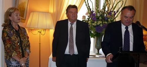 Michel-Yves Labbé un rien penseur entre son épouse et Alain Marsaud qui fait son éloge /cliquer pour agrandir la photo (MS)