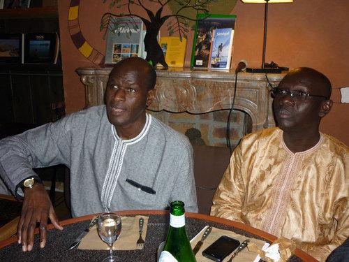 Le Ministre du Tourisme et de l'Artisanat du Sénégal, Monsieur Thierno Lô (à gauche) et Ibrahima Sarr, directeur de l'Agence Nationale de Promotion Touristique du Sénégal au cours d'un dîner sympathique et informel organisé à Paris dans le cadre
