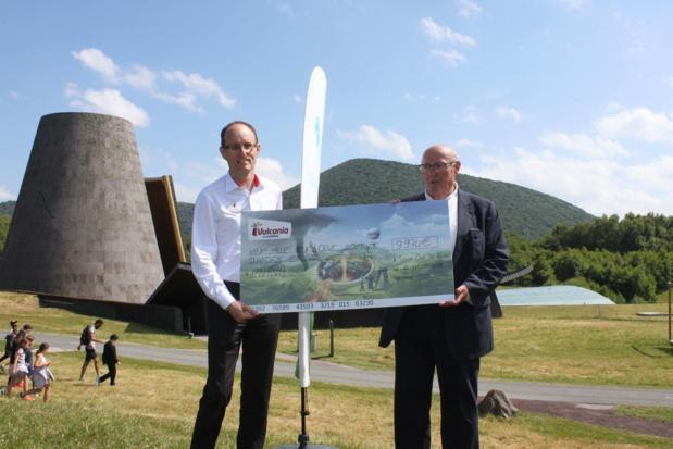 La somme reçue servira à couvrir les dépenses matérielles pour l'entretien annuel des sentiers de la Chaîne des Puys. - DR