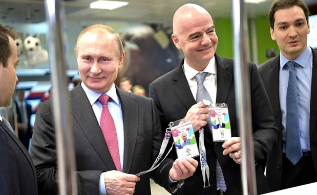 V. Poutine présentant sa carte Fan ID - Crédit: kremlin.ru