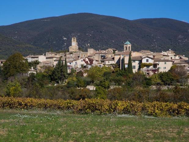 Lourmarin, un village pas vraiment perché mais suffisamment élevé pour imposer sa grâce délicate et pastel - DR : Alain Hocquel - Vaucluse Tourisme