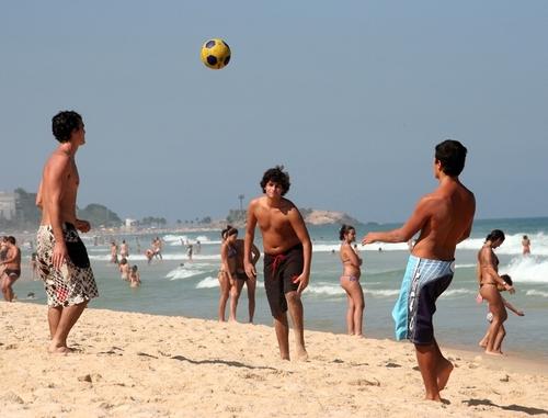 Les jeunes Brésiliens quittent de plus en plus la plage d'Ipanema pour venir admirer la Tour Eiffel...