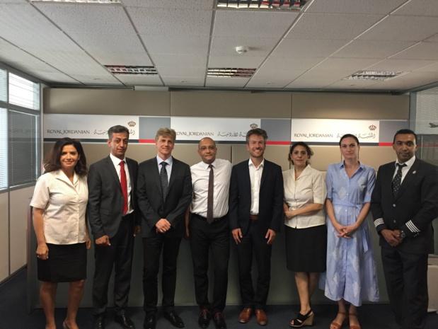 Les équipes françaises de Royal Jordanian, dans leurs locaux parisiens, réunies avec les responsables du programme TGV Air © PG TM