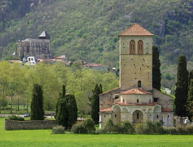 A Saint-Bertrand-de-Comminges, on aborde le village éperon et sa célèbre cathédrale Sainte-Marie par l'inévitable basilique romane Saint-Just-de-Valcabrère. Impossible de manquer la « carte postale » des édifices « jumeaux », inscrits au patrimoine mondial de l'humanité par l'Unesco - DR : J.-F.R.