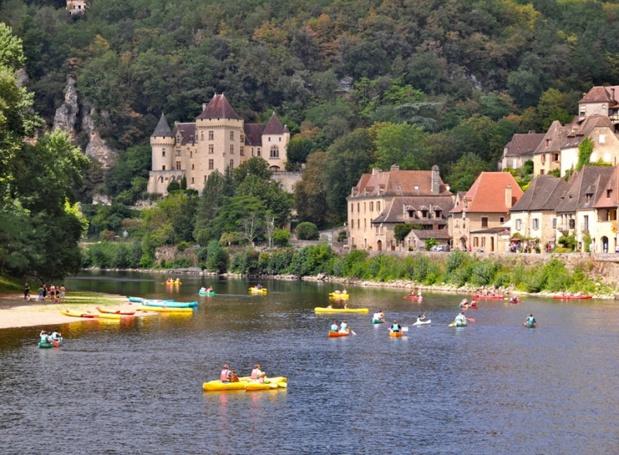 La rivière a été durant des siècles le moteur économique de ce Périgord profond. Longtemps, les gabarres ont contribué à l'importante activité fluviale. Aujourd'hui, il en reste quelques-unes pour les touristes. Mais les canoës les ont généralement remplacées - DR : CDT24