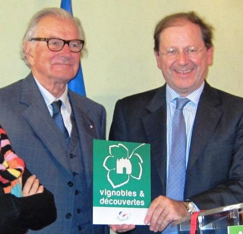 Hervé Novelli aux cotés de Paul Dubrule présentant la nouvelle plaque Vignobles et Découvertes.