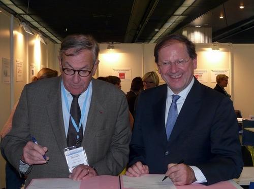 Hervé Novelle et Jean-Jacques Descamps (ancien ministre du tourisme et président de l'ANCV), signent la convention de coopération