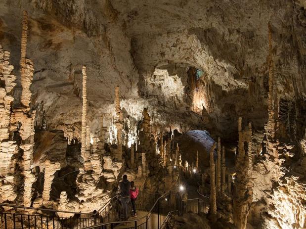 La grotte préhistorique Aven d'Orgnac - l'Aven est éclairée par le soleil - crédit photo : commune d'Orgnac l'Aven