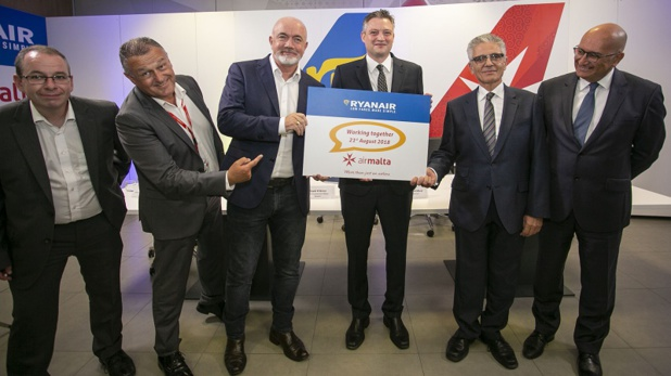 Ciaran Brannigan (Ryanair), Paul Sies (Air Malta), David O'Brien (Ryanair), Hon Dr. Kondrad Mizzi (Ministre du Tourisme), Dr. Charles Mangion (Air Malta) and Joseph Galea (Air Malta)  - DR