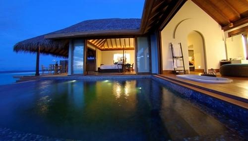 L'Anantara Kihavah Villas dispose d'un spa avec six salles de massages et de cinq restaurants, dont un construit sous l'eau avec sa cave à vin !