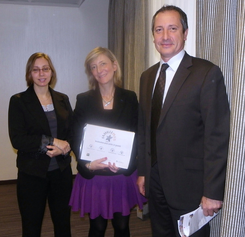 D. Zanon (à droite) reçoit le label Famille plus attribuée par l'association nationale des maires des stations classées en la présence de sa directrice G. Leduc en compagnie d'A. Kedinger chargée de mission à gauche