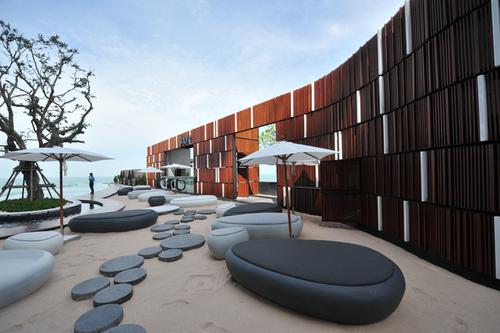 Le bar et la plage de la piscine - DR. DL