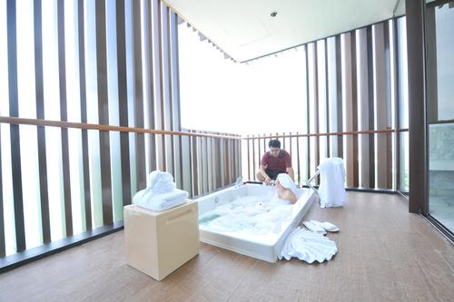 Le jacuzzi sur la terrasse d'une suite - DR. DL