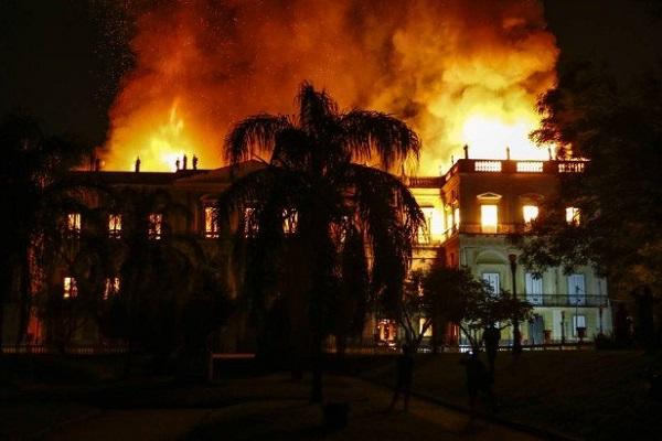 Le Musée national de Rio de Janeiro a été victime d'un terrible incendie - Crédit photo : compte Twitter @jornalOGlobo