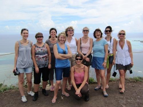 Les participantes de l'Eductour posent au sommet du belvédère de Moorea qui offre une vue panoramique sur baies d'Opunohu et de Cook.