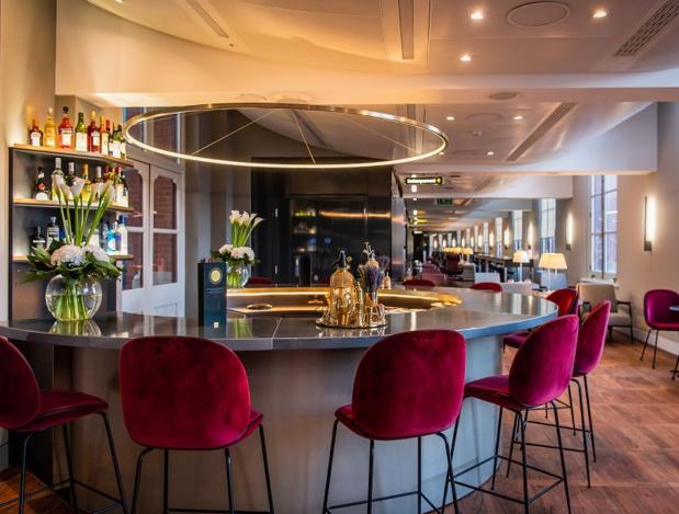 ce nouveau bar circulaire, designé tout en noir et or, propose aux voyageurs une sélection de cocktails gratuits exclusivement créés par le London Cocktail Club - DR : Eurostar
