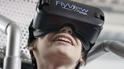 """Equipé d'un casque de réalité virtuelle  le Flyviewer se prépare à visiter Paris """"autrement"""". Photo FlyView Paris."""