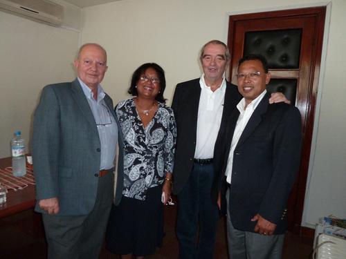 Irène Andreas, Ministre du Tourisme de Madagascar et Joël Randriamandranto, président de l'OT de Madagascar reçoivent Georges Colson, président du SNAV et Raoul Nabet, président de l'APST