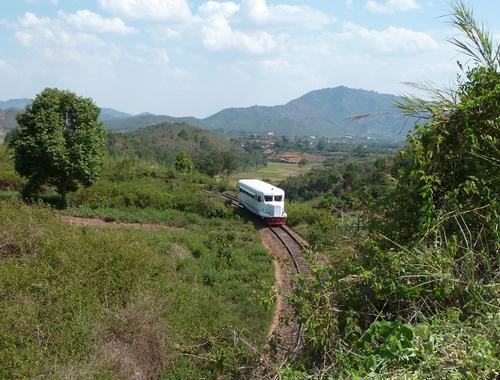 La ZM 517 avec sa gueule d'autobus et ses pneus en caoutchouc roule sur des rails à travers les haut-plateaux malgaches
