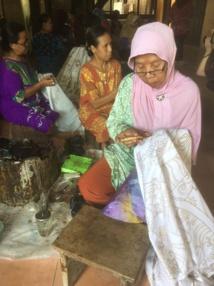 Confection de Batik dans un atelier artisanal - DR : J.-P. C.