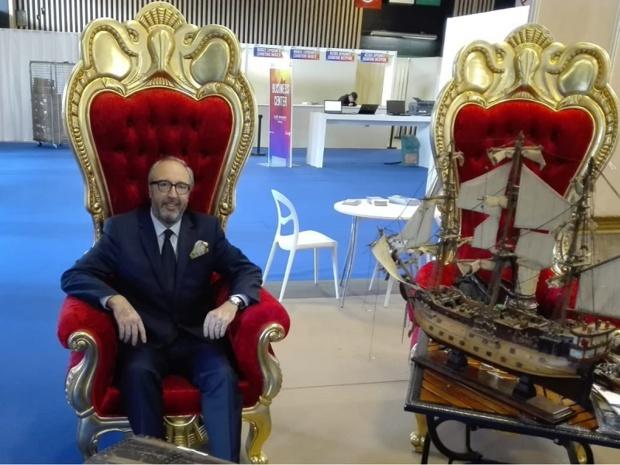 Frédéric Lorin, directeur du salon IFTM Top Resa pose fièrement sur le stand de l'hôtel cap pirate du cap d'agde - crédit photo : TourMaG.com J.P