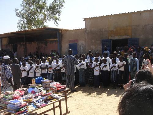 L'école primaire de Fimela accueille les fournitures scolaires offertes par les agents de voyage