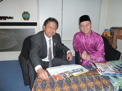 Dans les locaux entièrement rénovés de l'OT de Malaisie, Tan Sri Aziz, Ambassadeur de Malaisie en France et, en costume traditionnel, Jeffri Munir le directeur de l'Office