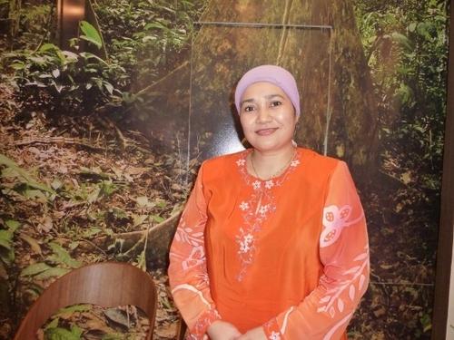 Dans le cadre très « jungle » des locaux ouverts au publicl, Maizatul Liza Mukhtar, sous directrice de l'Office.