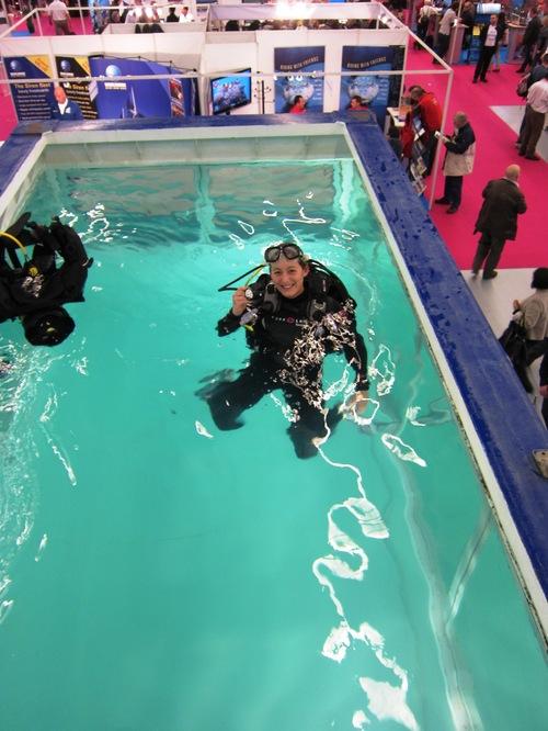 Une plongeuse teste le matériel d'Aqua Lung dans la piscine dédiée