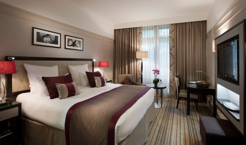 La chambre Deluxe king room du Radisson Blu Ambassador Paris