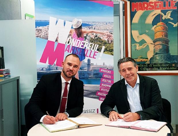 Fabien Da Luz, directeur général associé de TourMaG Travel Media Group et Maxime Tissot, directeur général de l'Office de Tourisme de Marseille officialisent leur collaboration sur l'élaboration du magazine Cruising Marseille Provence. Phot: Aurélie Resch
