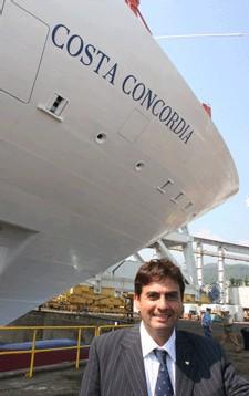G. Azouze, DG des Croisières COSTA en France devant le COSTA CONCORDIA en cours de construction aux chantiers Fincantieri à Gênes en Italie