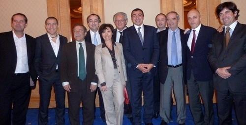 A Tunis, entourant le ministre Mehdi Houas, Anne Yannick (Club Med), Patrice Caradec (Look), Florian Vighier (Marmara),  Antoine Cachin (Fram), L. Guérin (Transavia et FNAM), R.-. Chikli (CETO), G. Colson (SNAV) et G. Delaruelle (NF)