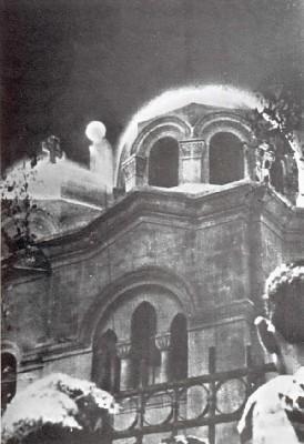 Photo prise le 2 avril 1968 à l'église de Zeitoun. La vierge est visible à gauche de la coupole.
