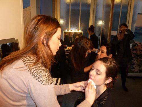 Séance de maquillage avant photographie, un cadeau