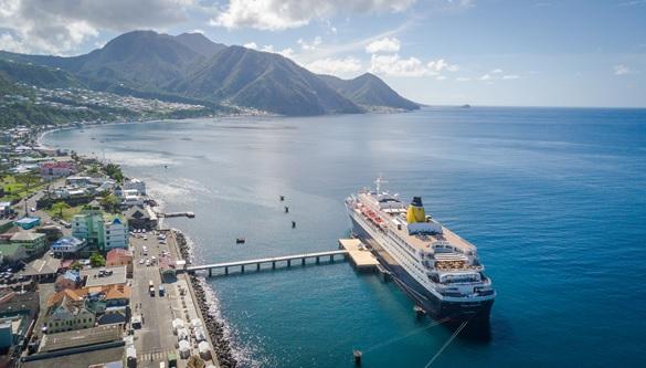 Le MV Celebrity Summit, navire de Celebrity Cruises a fait escale au port de Roseau laçant la saison des croisières sur l'île de la Dominique - DR Discover Dominica