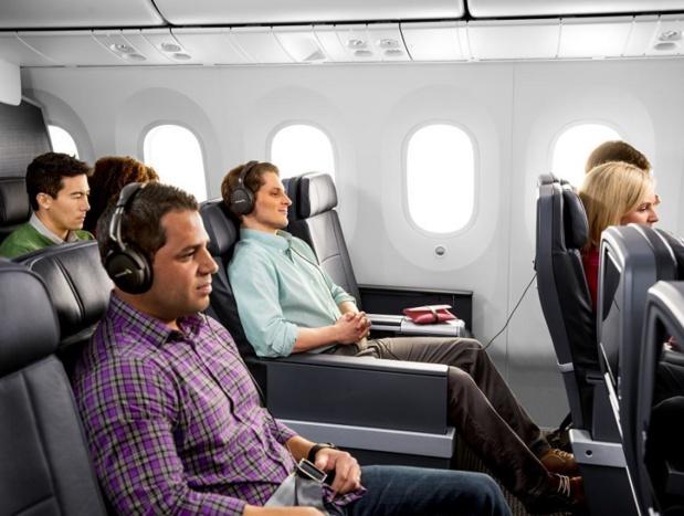 Les sièges en cuir de la classe Premium Economy sont espacés de 96 cm et équipés d'un repose-pieds et d'un système de divertissement à la demande personnalisé sur grand écran tactile - DR : American Airlines