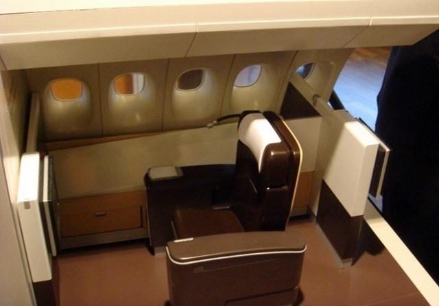 itb lufthansa tient salon avec un vrai lit et un fauteuil pour les b 747. Black Bedroom Furniture Sets. Home Design Ideas