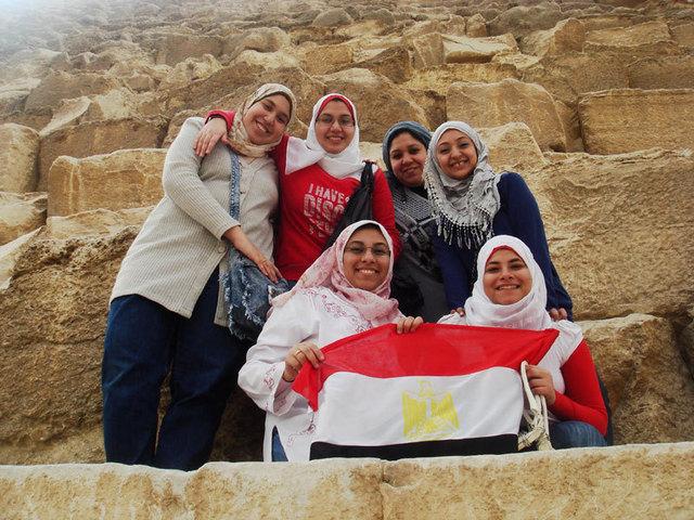 Des Egyptiennes joyeuses et pacifiques sur les pyramides - DR Hugues Thiry