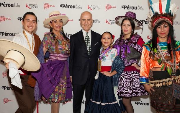 S.E. Monsieur l'Ambassadeur du Pérou en France Álvaro de Soto entouré de danseurs - DR