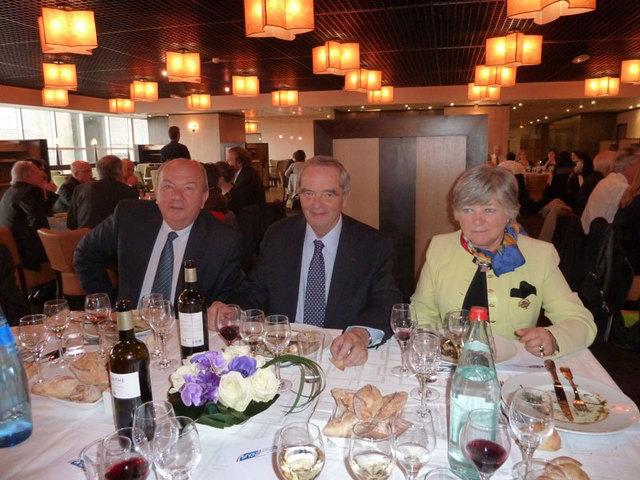 Georges Colson président du SNAV entouré par Marie-Christine Dubosc présidente sortante du Conseil des Réceptifs et Robert Darfeuille président sortant du Conseil des Distributeurs lors du déjeuner qui a suivi les AG